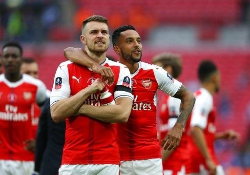 Các cầu thủ Arsenal đầy sung sướng khi đợi tới lượt nhận giải