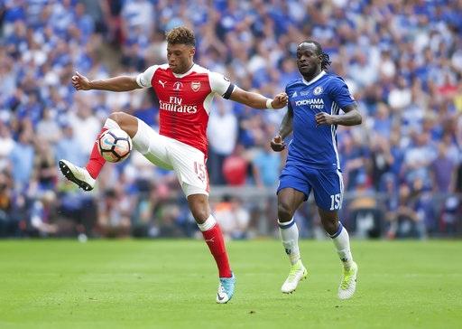 Oxlade-Chamberlain (trái) lần đầu tiên được điều chuyển xuống đá ở vị trí hậu vệ tấn công trái. Cầu thủ người Anh vốn dĩ là một tiền vệ chạy cánh, nhưng năm nay anh được Wenger điều chuyển... lung tung, từ tiền vệ trung tâm, tới hậu vệ tấn công biên phải, trái