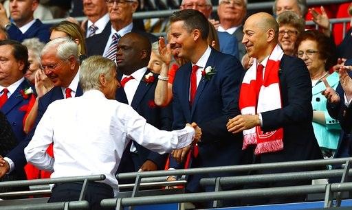 Wenger bắt tay giám đốc điều hành của Arsenal là Ivan Gazidis trên bục nhận HCV và cúp vô địch