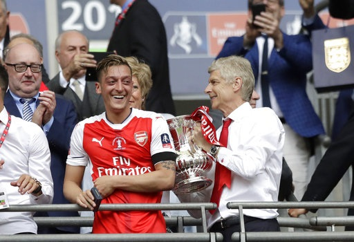 Ozil (trái) đầy hạnh phúc khi cùng đội có được chức vô địch