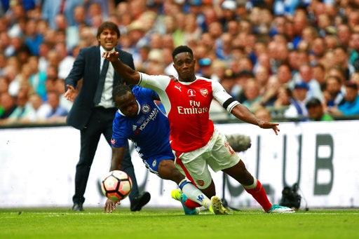 Moses đốn ngã Welbeck, tình huống này khiến cầu thủ người Nigeria phải nhận thẻ vàng