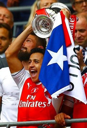 Sanchez giơ cao cúp FA, tiền đạo người Chile đã mở tỉ số trong tình huống đầy tranh cãi ngay phút thứ năm
