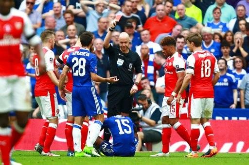 Phút 68, Moses ngã vờ trong vòng cấm địa đối thủ và phải nhận thẻ vàng thứ hai, đồng nghĩa anh bị truất quyền thi đấu. Chelsea chỉ còn 10 người, lại bị dẫn trước 1 bàn
