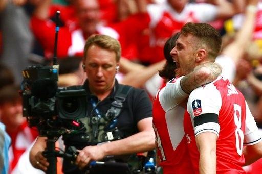 Ramsey ăn mừng bàn thắng ghi vào lưới Arsenal. Pháo thủ vượt lên dẫn chỉ ba phút sau khi bị gỡ hòa