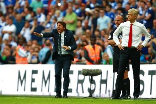 Conte vẫn tích cực hò hét, trong khi Wenger im lặng chờ... hết giờ