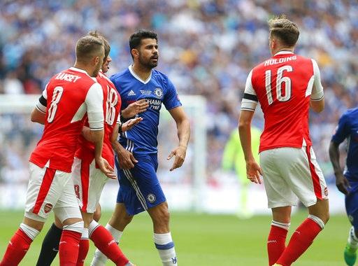 Costa trong tình huống gây hấn với Holding. Tiền đạo người Tây Ban Nha bị đối phương đeo bám khá chặt trong trận đấu này