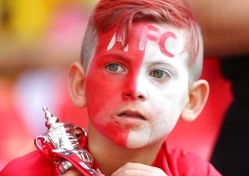 Một cổ động viên nhí của Arsenal với chiếc cúp FA mô hình trên tay và mong ước của em đã trở thành sự thật, Arsenal đã vô địch FA Cup