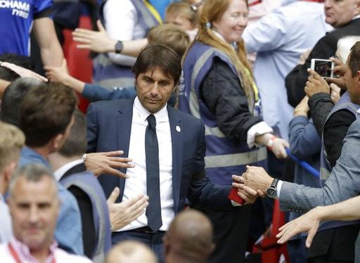 Gương mặt đượm buồn của Conte sau khi lên bục nhận HCB