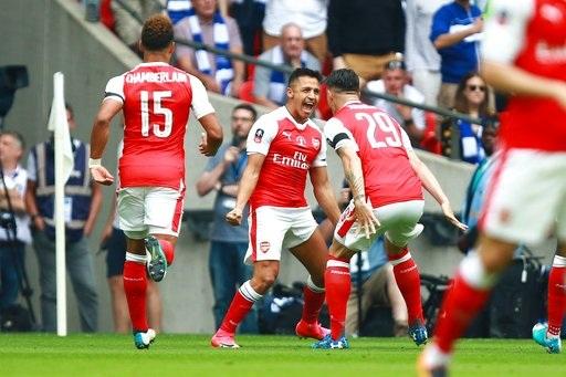 Sanchez ăn mừng sau khi giúp Pháo thủ mở tỉ số ở phút 15
