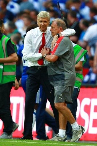 Wenger chia vui với trợ lý sau khi tiếng còi mãn cuộc vang lên