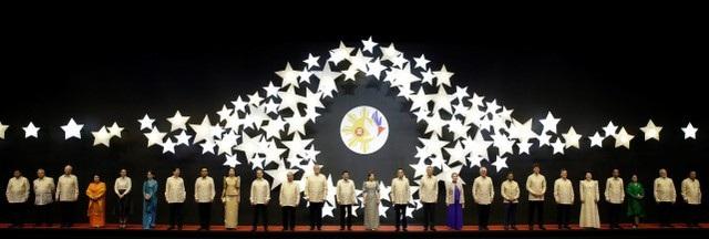 Hội nghị cấp cao ASEAN lần thứ 31 (ASEAN-31) và các hội nghị cấp cao liên quan là sự kiện quan trọng nhất trong năm của ASEAN. Tham dự các hội nghị này không chỉ có lãnh đạo của 10 quốc gia Đông Nam Á mà còn có lãnh đạo của các nước đối tác và đều là những nước lớn như Mỹ, Trung Quốc, Nhật Bản, Ấn Độ, Nga, hay các tổ chức quốc tế như Liên Hợp Quốc và Liên minh châu Âu (EU). Trong ảnh: Lãnh đạo các nước thành viên ASEAN và các đối tác của ASEAN dự Gala đặc biệt kỷ niệm 50 năm thành lập ASEAN (1967-2017) vào tối 12/11 ở Manila, Philippines.