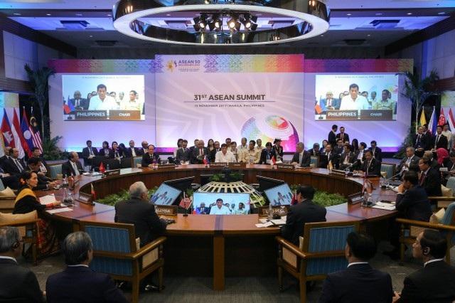Các nhà lãnh đạo ASEAN tham dự phiên họp của Hội nghị cấp cao ASEAN-31 tại thủ đô Manila, Philippines. Đại diện nước chủ nhà, Tổng thống Duterte chủ tọa phiên họp.