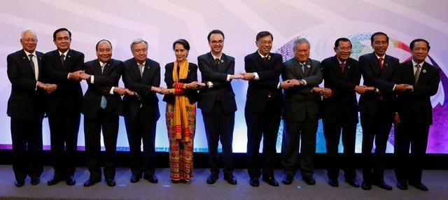Lãnh đạo các nước thành viên ASEAN chụp ảnh tại hội nghị với Tổng thư ký Liên Hợp Quốc Antonio Guterres (thứ 4 từ trái sang).