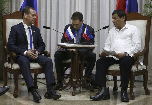 Thủ tướng Nga Dmitry Medvedev cũng có cuộc gặp song phương với lãnh đạo nước chủ nhà Hội nghị cấp cao ASEAN-31 - Tổng thống Rodrigo Duterte.