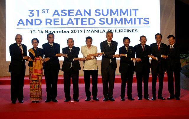 Từ ngày 13-14/11, hàng loạt hội nghị cấp cao đã diễn ra sau khi lễ khai mạc kết thúc gồm hội nghị cấp cao ASEAN-31, hội nghị cấp cao ASEAN+3, hội nghị cấp cao ASEAN+1 với các đối tác, hội nghị cấp cao Đông Á,… Trong ảnh: 10 nhà lãnh đạo ASEAN (từ trái qua phải) gồm: Thủ tướng Malaysia Najib Razak, Cố vấn Nhà nước Myanmar Aung San Suu Kyi, Thủ tướng Thái Lan Prayuth Chan-ocha, Thủ tướng Nguyễn Xuân Phúc, Tổng thống Philippines Rodrigo Duterte, Thủ tướng Singapore Lý Hiển Long, Quốc vương Brunei Hassanal Bolkiah, Thủ tướng Campuchia Hun Sen, Tổng thống Indonesia Joko Widodo và Thủ tướng Lào Thongloun Sisoulith, bắt tay theo nghi thức truyền thống của ASEAN trước khi bắt đầu phiên họp của Hội nghị cấp cao ASEAN-31.