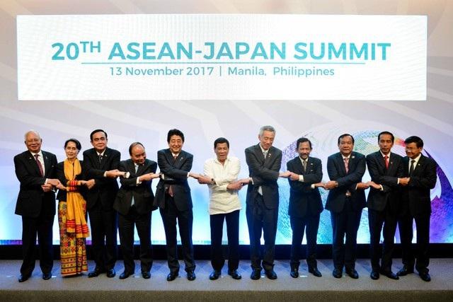 Thủ tướng Nhật Bản Shinzo Abe (thứ 5 từ trái sang) bắt tay các lãnh đạo ASEAN tại Hội nghị cấp cao ASEAN-Nhật Bản lần thứ 20.