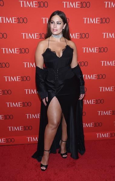 Ashley Graham là trường hợp hiếm hoi trong làng người mẫu khi sở hữu thân hình đầy đặn và ba vòng ngoại cỡ mà vẫn nổi tiếng và đắt show quảng cáo