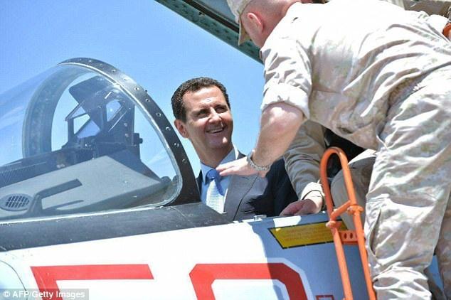 Đây là lần đầu tiên ông Assad tới thăm căn cứ không quân Hmeymim của Nga (Ảnh: AFP)