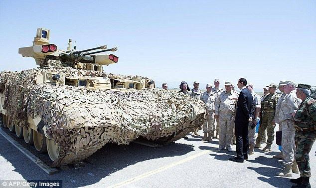 Ông Assad thị sát các khí tài quân sự Nga tại căn cứ Hmeymim (Ảnh: AFP)