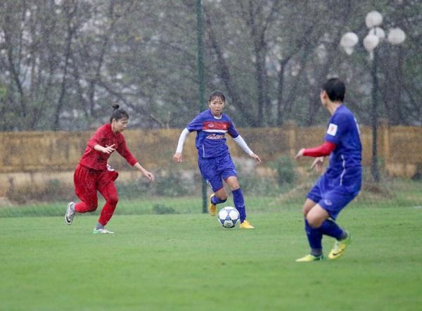 Đội tuyển nữ Việt Nam (áo xanh) đã có buổi đá tập nhẹ nhàng trước CLB nữ Hà Nội với 9 lần sút tung lưới đối phương