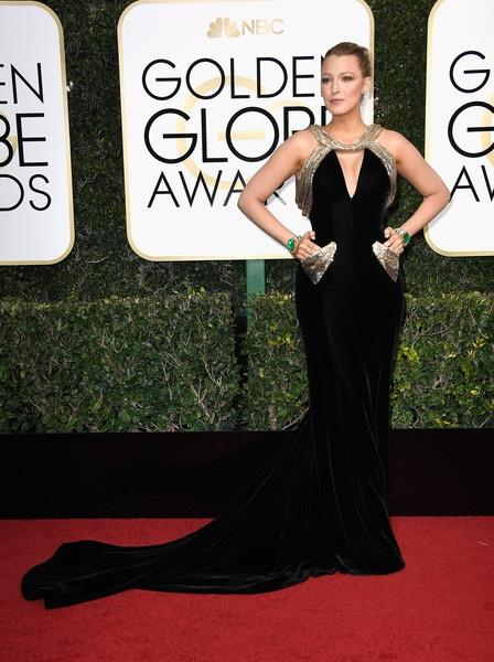 Blake Lively tái xuất rạng rỡ trên thảm đỏ Quả Cầu Vàng với trang phục kiêu sa của Atelier Versace - nữ trang Lorraine Schwartz