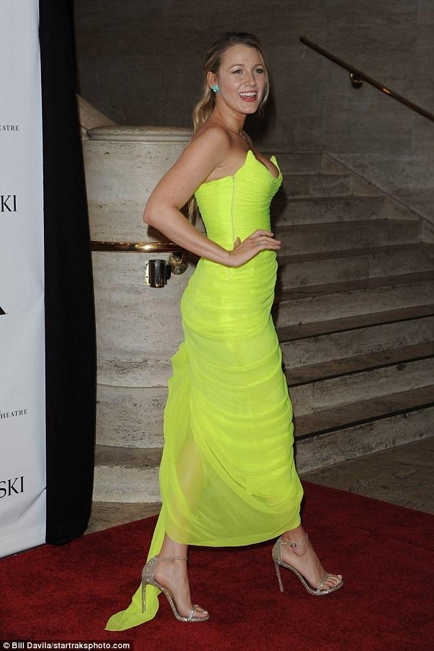 Nữ diễn viên 30 tuổi đẹp nổi bật tỏng bộ váy vàng gợi cảm và duyên dáng