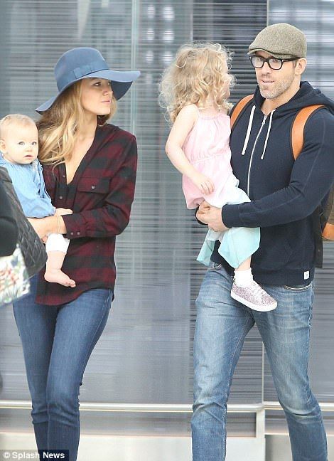 Ryan Reynolds bế con gái lớn James