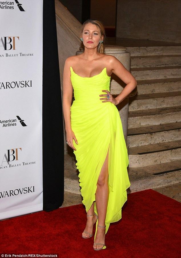 Đây là thiết kế của hãng Oscar De La Renta - hãng thời trang mà Blake yêu thích và là khách hàng VIP