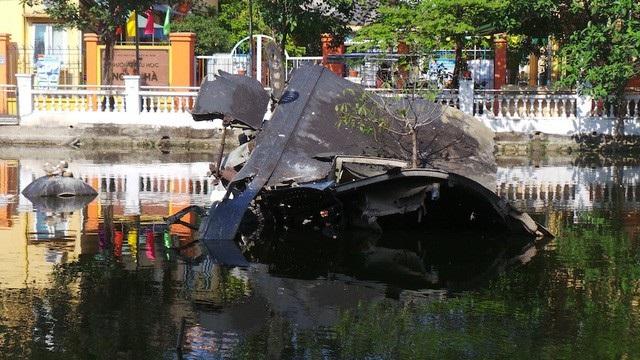 Xác một máy bay B52 của Mỹ bị bắn rơi xuống hồ Hữu Tiệp, nay thuộc phường Ngọc Hà, quận Ba Đình, Hà Nội (Ảnh: Trọng Trinh)