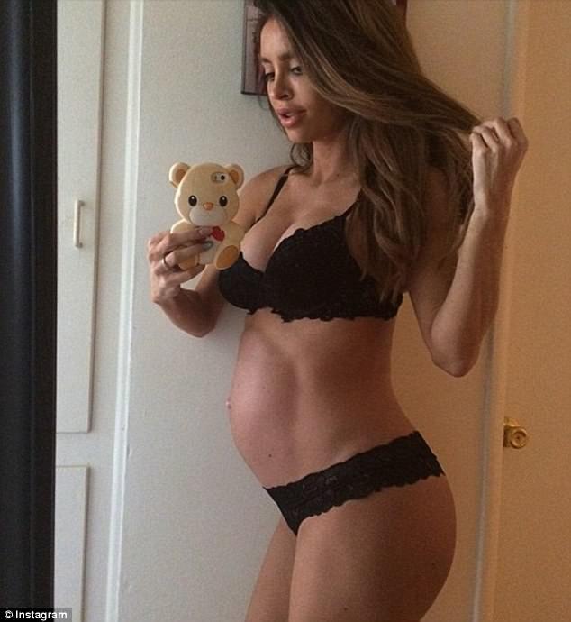 Sarah Stage khoe bụng nhỏ xíu khi mang thai lần đầu chừng 8 tháng. Từ đó cô trở thành hot girl đình đám trên mạng xã hội Instagram với 2,3 triệu lượt theo dõi.
