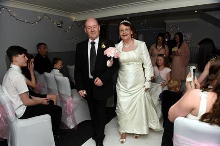 Các con cháu tề tựu đông đủ trong đám cưới của ông bà