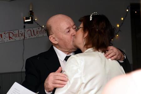 Ông Ian và bà Anne hôn nhau say đắm