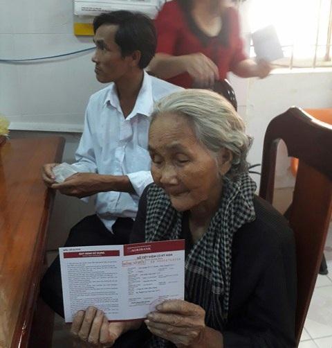 Sau khi Dân trí đăng bài, bạn đọc hỗ trợ bà Sáu đã vượt qua khó khăn trước mắt, có một khoản tiền nho nhỏ gửi tiết kiệm để giành mua thuốc cho con