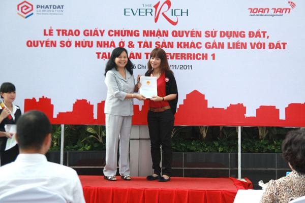 Bà Trần Thị Hường - cố vấn điều hành của Phát Đạt trao giấy chứng nhận chủ quyền cho khách hàng.