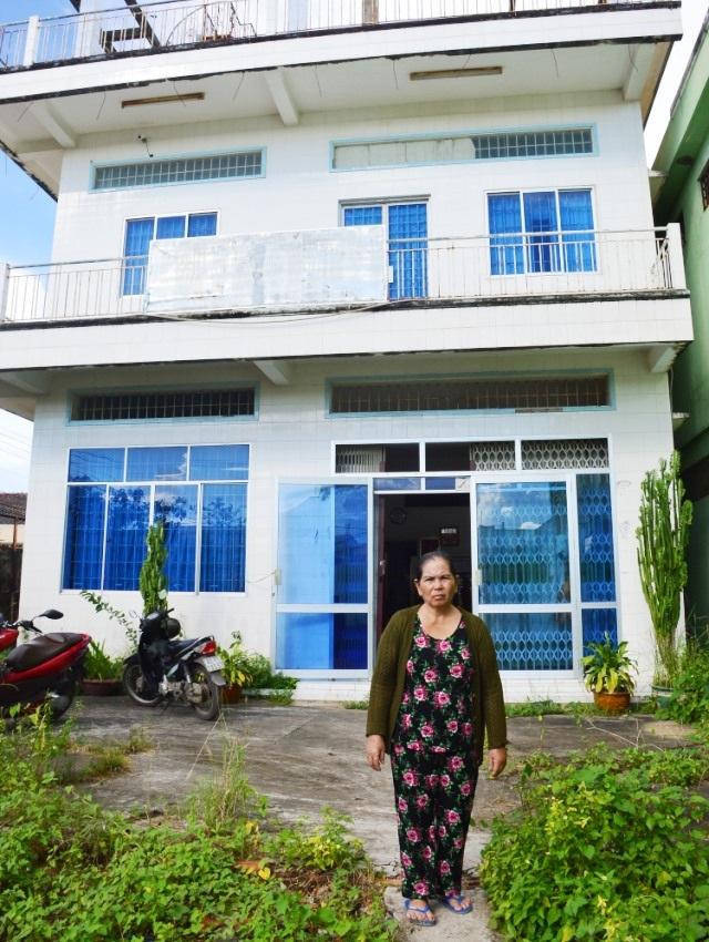 Bà Xuân trước căn nhà đang bị rao bán đấu giá.