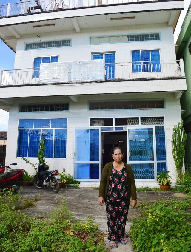 Bà Xuân trước căn nhà bị kê biên bán đấu giá.