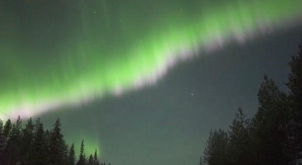 Bắc cực quang như những bóng ma màu xanh lá cây nhảy nhót trên bầu trời - 1