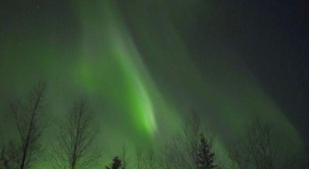 Bắc cực quang như những bóng ma màu xanh lá cây nhảy nhót trên bầu trời - 4