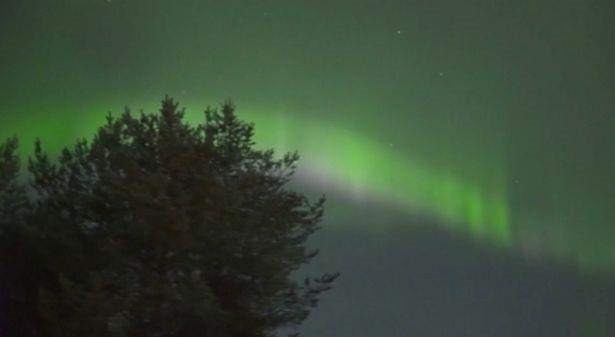 Bắc cực quang như những bóng ma màu xanh lá cây nhảy nhót trên bầu trời - 3