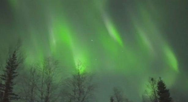 Bắc cực quang như những bóng ma màu xanh lá cây nhảy nhót trên bầu trời - 2
