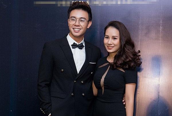 Tham gia sự kiện còn có ca sĩ Đông Hùng và bạn gái.