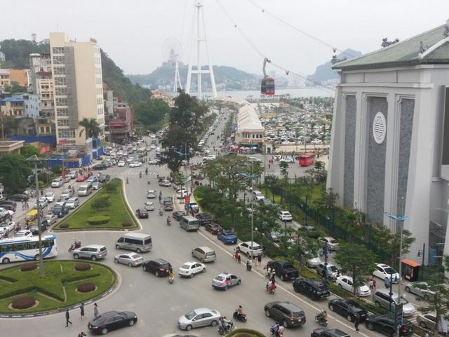 Tương tự, từ sáng sớm 30/4 khu du lịch Bãi Cháy, TP Hạ Long (Quảng Ninh) đã quá tải về người. Cùng với đó là lượng xe ô tô, xe máy cũng chen nhau chật cứng từ các ngả đường dẫn vào khu du lịch tới các bãi để xe... Các khách sạn từ 3 sao đổ lên đều cháy phòng.