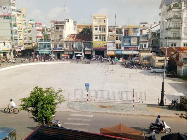 Bãi đỗ xe của TP Sóc Trăng (bên cạnh dãy nhà phố đang xây dựng của dự án) luôn trong tình trạng trống trải.