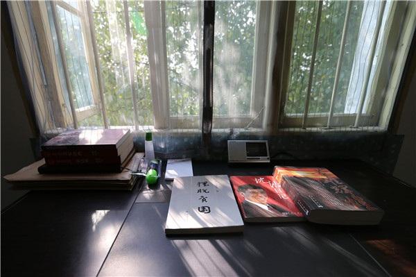 Bàn làm việc của Qin Yuefei. (Ảnh: China Daily)