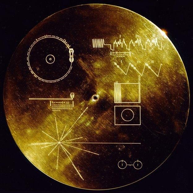 Một trong những bản ghi vàng được đặt trên hai tàu thăm dò vũ trụ Voyager.