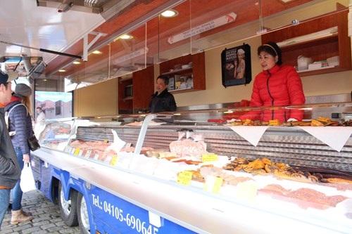 Người Việt bán hàng trong khu vực chợ trời ở Berlin (CHLB Đức)