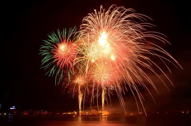 Chương trình bắn pháo hoa chào đón năm mới 2018 kéo dài 15 phút diễn ra tại Công viên văn hóa Đầm Sen
