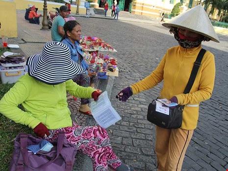Người bán dạo vé số truyền thống kèm vé số tự chọn ở trung tâm TP.HCM. Ảnh: Hoàng Giang