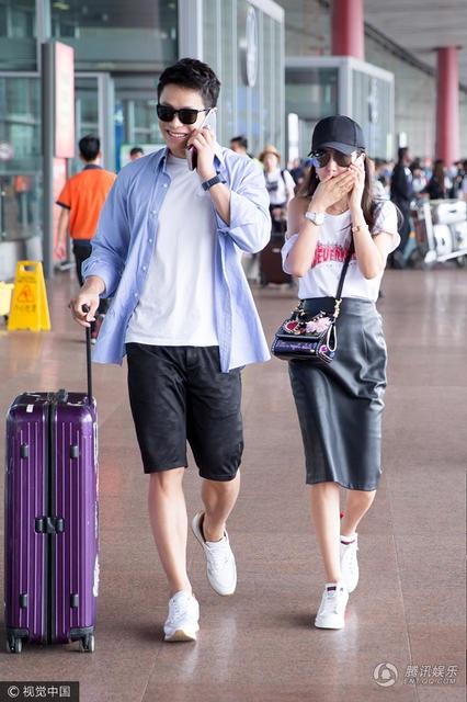 Lý Băng Băng và bạn trai Hứa Văn Nam sánh đôi nổi bật tại sân bay, chiều 27/6. Hai người trông rất đẹp đôi dù chênh nhau tới 15 tuổi.