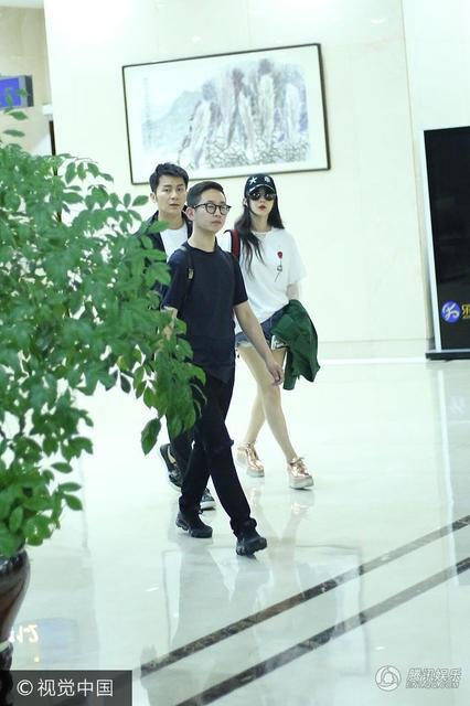 Phạm Băng Băng diện quần jeans ngắn khoe đôi chân miên man và trắng mịn tại sân bay.